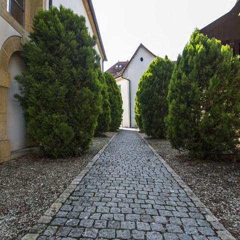 Zwischen Kirche und altem Spritzenhaus. Vergrösserte Ansicht