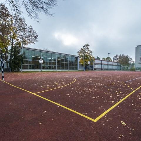 Beunden Schulhaus, Sportplatz. Vergrösserte Ansicht