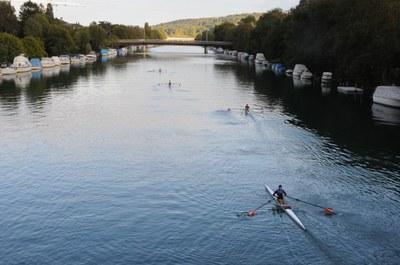 Ruderer im Kanal