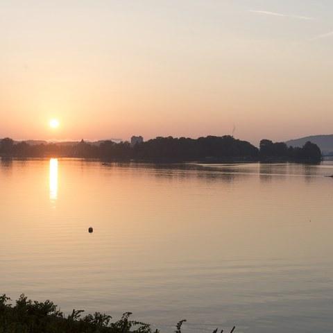 1 Nidau, morgens vom See mit Kanal. Vergrösserte Ansicht